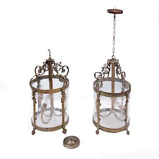 Par de lámparas de techo. México, siglo XX. Estructura de metal dorado con pantallas de cristal curvo. Para 3 luces. Pz: 2