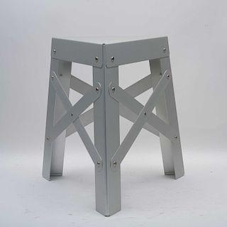 A la manera de Philippe Starck. Banco. Estructura de aluminio. Diseño triangular.