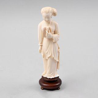 Personaje femenino con libro. Origen oriental, siglo XX. Talla en marfil con base de madera. 18 cm de altura.