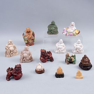 Lote de figuras orientales China, siglo XX Elaborados en diferentes materiales y de diferentes tamaños. Piezas: 14