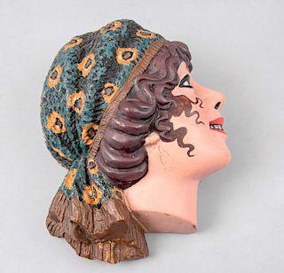 Mujer gitana de perfil. Puebla, México, siglo XX. Elaborado en terracota policromada. 31 x 24 cm