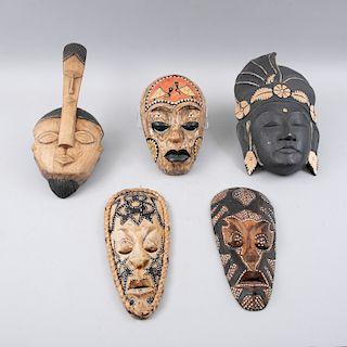 Colección de máscaras. Orígen africano y una Tailandesa, siglo XX. Tallas en madera con policromía. Piezas: 5