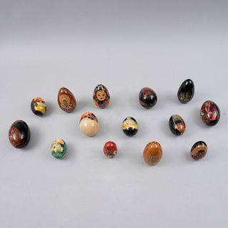 Colección de huevos decorativos. Unión Soviética, siglo XX. Tallas en madera laqueada con policromia. Diferentes dimensiones.Pz:15