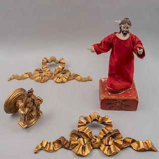 Lote de artículos sacros. México, siglo XX. Elaborados en madera tallada dorada y Expolio con policromía. Piezas: 4