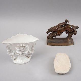 Lote mixto de artículos decorativos. Siglo XX. Consta de: Lady Godiva. Estilo Art Déco. Fundición en antimonio patinado. Piezas: 3