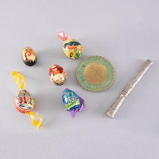 Lote mixto de artículos decorativos. Siglo XX. Consta de: 5 Huevos de Pascua. Rusia. Tallas en madera con policromía. Piezas: 7