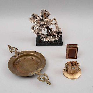 Lote mixto de artículos decorativos. Siglo XX. Consta de: San Jorge. Elaborado en metal plateado, cerilleras y depósito de latón. Pz: 3