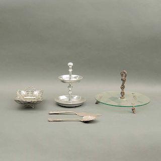 Servicio de Mesa. Siglo XX. Elaboradas en pewter pulido y metal plateado. Piezas: 5