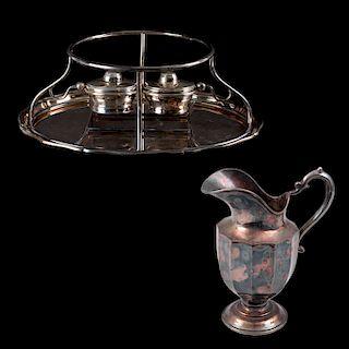 Lote de artículos decorativos. México, Siglo XX. Consta de: Servicio Chafing Dish. Elaborado en metal plateado y jarra. Pz: 2