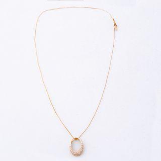Pendiente y cadena con diamantes en oro amarillo de 14k. 34 diamantes corte 8 x 8. Peso: 2.2 g.