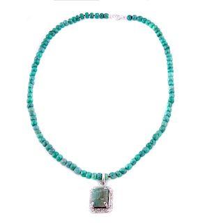 Gargantilla y dije con esmeraldas y diamantes en oro blanco de 14k. 1 esmeralda de cantera corte cojín 5.20ct. 98 esmeraldas de...