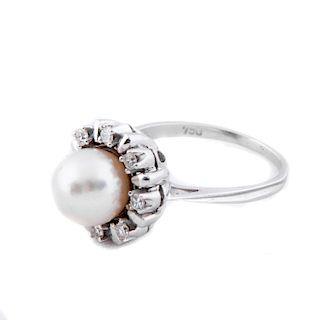 Anillo con perla en oro blanco de 18k. 1 perla cultivada color blanco de 8 mm. 8 diamantes  corte 8 x 8. Talla: 6 1/2. Peso:...