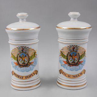 Colección de botámenes. México, siglo XX. Elaborados en porcelana Bótica Independencia con detalles en esmalte al oro. Pz: 2