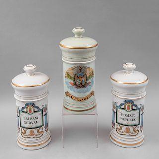 Colección de botámenes. México, siglo XX. Elaborados en porcelana PARIS con detalles en esmalte al oro. Piezas: 3