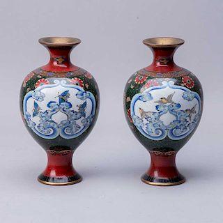 Par de jarrones. China, siglo XX. Elaborados en latón y esmalte cloisoneé. Decorados con motivos florales, orgánicos y aves. Pzs: 2