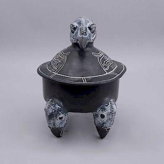 Reproducción de vasija ceremonial maya. México. Siglo XX. Elaborada en cerámica y engobe color negro Decorada con motivos zoomorfos.