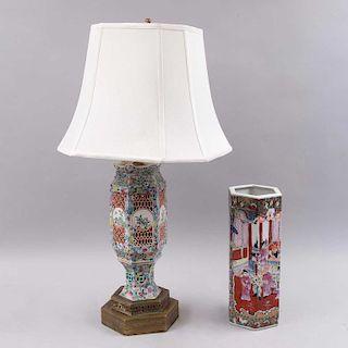 Lote de lámpara de mesa y florero. China, siglo XX. Elaboradados en cerámica vidriada y esgrafiada con base de metal dorado.Pz:2