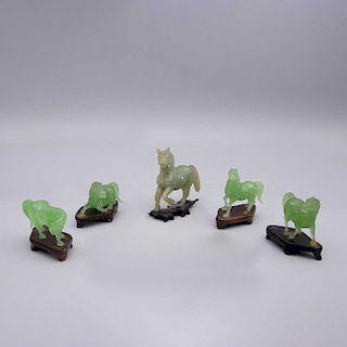 Lote de figuras ecuestres. China, siglo XX. Elaborados en vidrio verde y uno en serpentina con base de madera. Piezas: 5