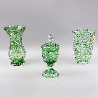 Lote de cristalería. Alemania Occidental, mediados del siglo XX. Elaborado en cristal Bohemia verde Lead Crystal Germany y otro.Pz: 3