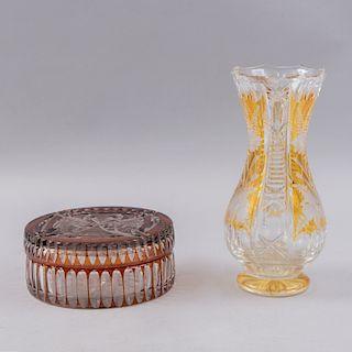Dulcero y violetero. Siglo XX. Elaborados en vidrio prensado estilo Bohemia en color ambar. Decorados con motivos geométricos.Pz:2