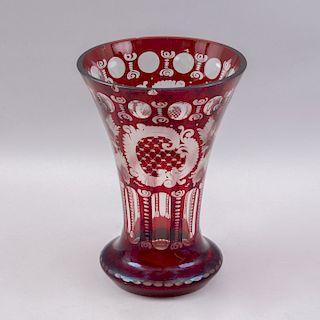 Florero. Checoslovaquia, siglo XX. Elaborado en cristal de Bohemia color rojo. Decorados con facetados orgánicos y vegetales.