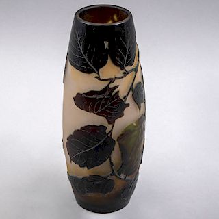 A la manera de EMILE GALLÉ (FRANCIA, 1846-1904). Florero. Cristal de camafeo en tonos de café, ámbar y verde.