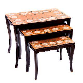 Juego de mesas nido. Siglo XX. Elaboradas en madera tallada. Cubierta rectangular y soportes semicurvos. Piezas: 3