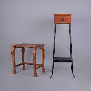 Lote de mesas auxiliares. Siglo XX. Elaboradas en madera tallada. Consta de: a) Mesa pedestal. Con cubierta rectangular. Pz: 2