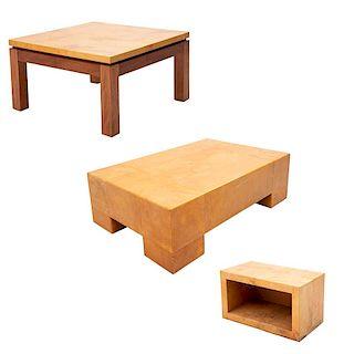Juego de mesas de centro y auxiliar. Siglo XX. Elaboradas en madera tallada con recubrimiento de pergamino. Diseños lisos. Pz: 3