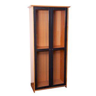 Vitrina. México, siglo XX. Elaborada en MDF con enchapado de madera. Con 2 puertas abatibles con vidrios y tiradores de metal.