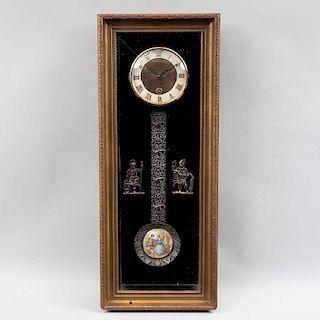 Reloj de pared. Alemania, siglo XX. Estructura de madera tallada. Mecanismo de cuerda. Carátula dorada con índices romanos.