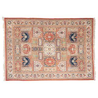 Tapete. Persia, siglo XX. Estilo Kirman. Elaborado a máquina con fibras de lana y algodón. Decorado con motivos orgánicos.