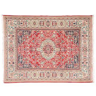 Tapete. Persia, Mashad, siglo XX. Elaborado en fibras de lana y algodón. Decorado con motivos orgánicos y medallón central.