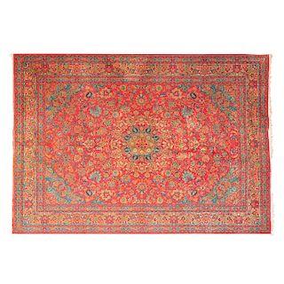 Tapete. Persia, siglo XX. Estilo Mashad. Elaborado en fibras de lana y algodón. Decorado con motivos orgánicos y geométricos.