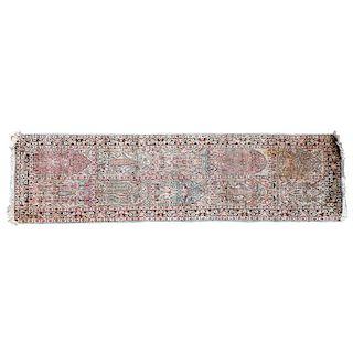 Tapete de pasillo. Siglo XX. Elaborado en fibras de lana y algodón. Decorado con arcos ojivales, polilobulados y pilastras.