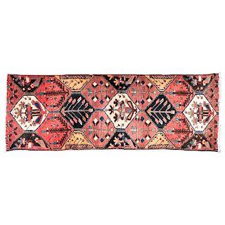 Tapete de pasillo. Persia, siglo XX. Anudado a mano con fibras de lana y algodón. Decorado con motivos geométricos y vegetales.