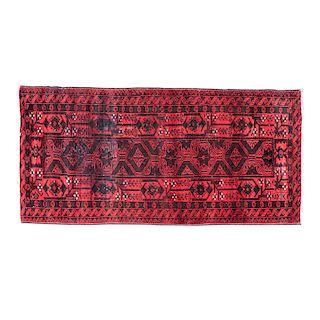 Tapete. Pakistán, siglo XX. Estilo Bokhara. Elaborado en fibras de lana y algodón. Decorado con motivos geométricos.