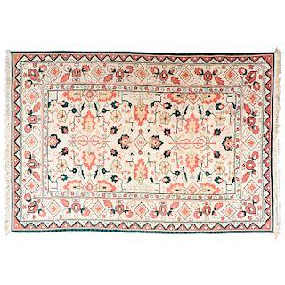 Tapete. Afganistán, siglo XX. Estilo Kilim. Anudado a mano con fibras de lana y algodón. Decorado con motivos orgánicos.