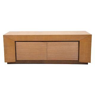 Cómoda. Siglo XX. Elaborado en madera. Cubierta rectangular, 2 puertas abatibles y soportes tipo zócalo.
