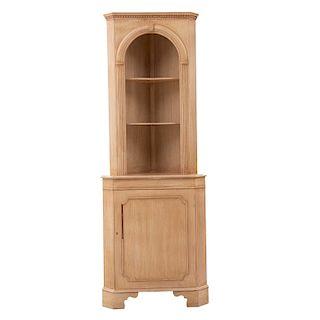 Esquinero. Siglo XX. Estilo Victoriano. Con arco de medio punto, espacio para entrepaños, puerta abatible y soportes tipo zócalo.