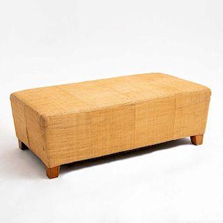 Taburete. Siglo XX. Estructura de madera, con yute entretejido y soportes cónicos de madera.