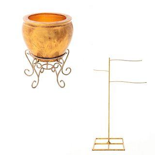 Lote de artículos decorativos. Siglo XX. Consta de: Perchero. Estructura de metal tubular color dorado y pecera estilo cantones.Pz: 2