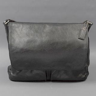Portafolio. Marca Coach. Estados Unidos. Siglo XXI. Elaborado en piel color negro. Con asa de tela. No. Serie E1376-F70556.