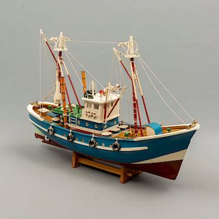 Barco pesquero. Siglo XX. Diseño a escala. En talla de madera policromada. Con base de madera y 2 mastiles. 34 x 14 x 56 cm.
