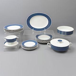 Vajilla. Alemania. SXX. En porcelana Rosenthal. Servicio para 6 personas. Consta de: sopera, ensaladera, platón de servicio, otros.