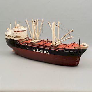 """Buque """"Saint Thomas"""". Siglo XX. Diseño a escala. En talla de madera policromada. Electrificado. 38 x 19 x 87 cm."""