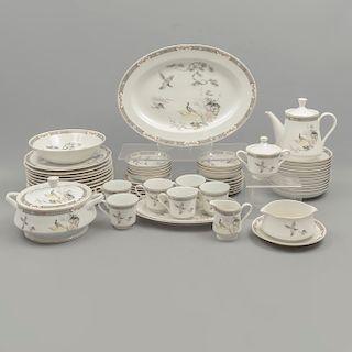 Servicio abierto de vajilla. Japón. SXX. En porcelana Marutaki. Consta de: tetera, cremera, azucarera, sopera, otros. Piezas: 102.