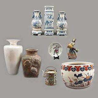 Lote de 12 piezas. Diferentes orígenes, diseños y materiales. SXX Uno estilo Familia Rosa. Consta de: tetera, pecera, 2 jarrones, otros