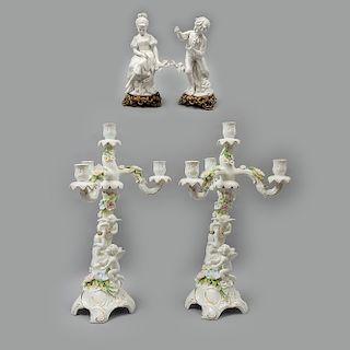 Lote de 4 piezas. México e Italia. SXX. En porcelana de Cuernavaca y biscuit Triade. Consta de: Par de candelabros y pareja cortesana.