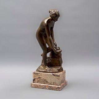 Rudolfic. Mujer con cuenco. Fundición en bronce. Con base de mármol jaspeado. 26 x 13 x 11 cm.